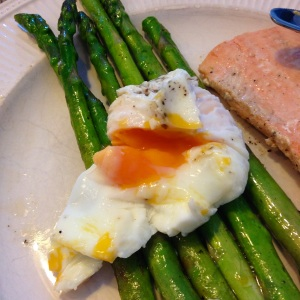 poached eggs with salmon and asparagus